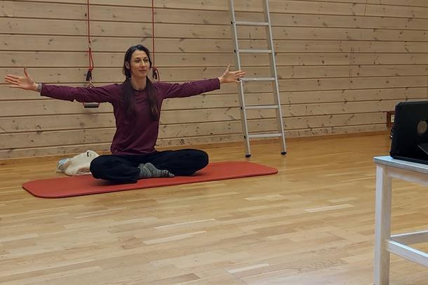 Kristin Helena Vestrheim viser yogaøvelse i en gymsal
