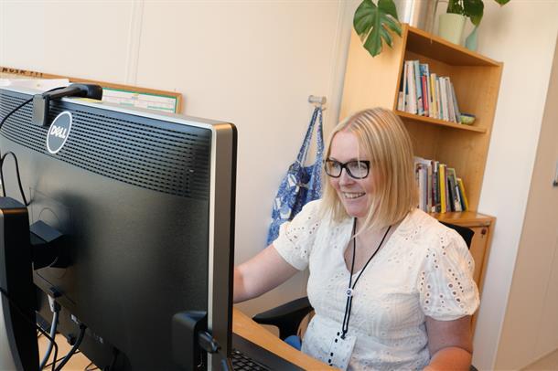 Psykologspesialist Cecilie Neset Gjære foran en skjerm.